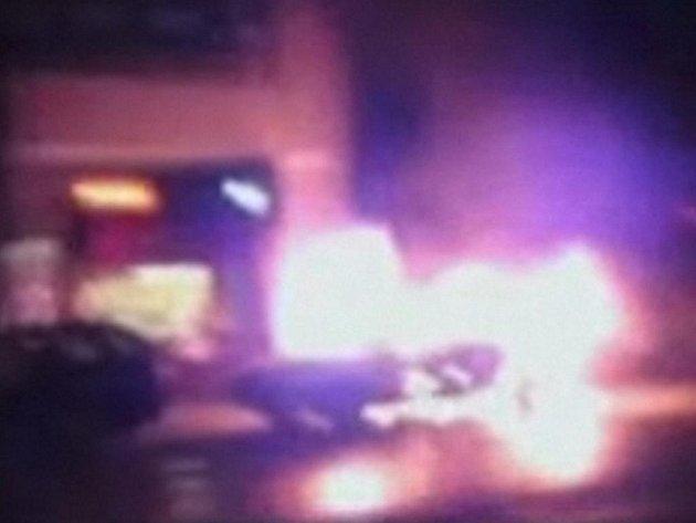 Hořící automobil po výbuchu, Stockholm, 11. prosince 2010