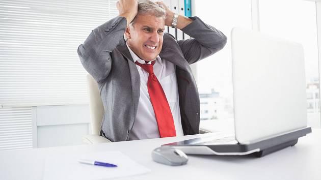 Šedivění vlasů je jedním z mnoha příznaků dopadu stresu na lidské tělo.