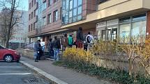 Fronta před úřadem práce v Ostravě