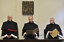Ústavní soud 16. dubna 2019 zrušil odklad vykonatelnosti verdiktu, podle něhož má ČSSD platit dědicům zemřelého právníka Zdeňka Altnera. Na snímku jsou soudci Ústavního soudu (zleva) Josef Fiala, Jaromír Jirsa a Jan Filip