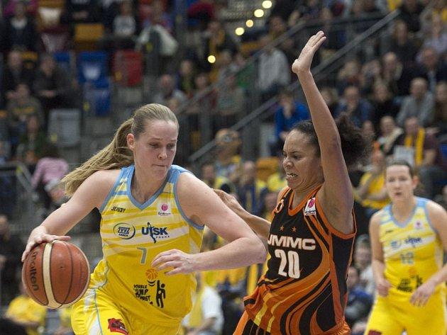 Basketbalistky pražského USK (vlevo Alena Hanušová) načnou Final Four Euroligy zápasem s Jekatěrinburgem.