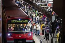 Cestující v metru v německém Norimberku.