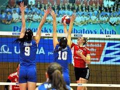 Volejbalistky Olympu (v modrém) blokují smeč Přerova.