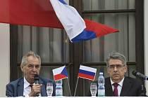 Prezident Miloš Zeman (vlevo) a ruský velvyslanec v České republice Alexandr Zmejevskij na recepci u příležitosti oslav výročí konce druhé světové války, která se konala 9. května 2019 na ruském velvyslanectví v Praze.