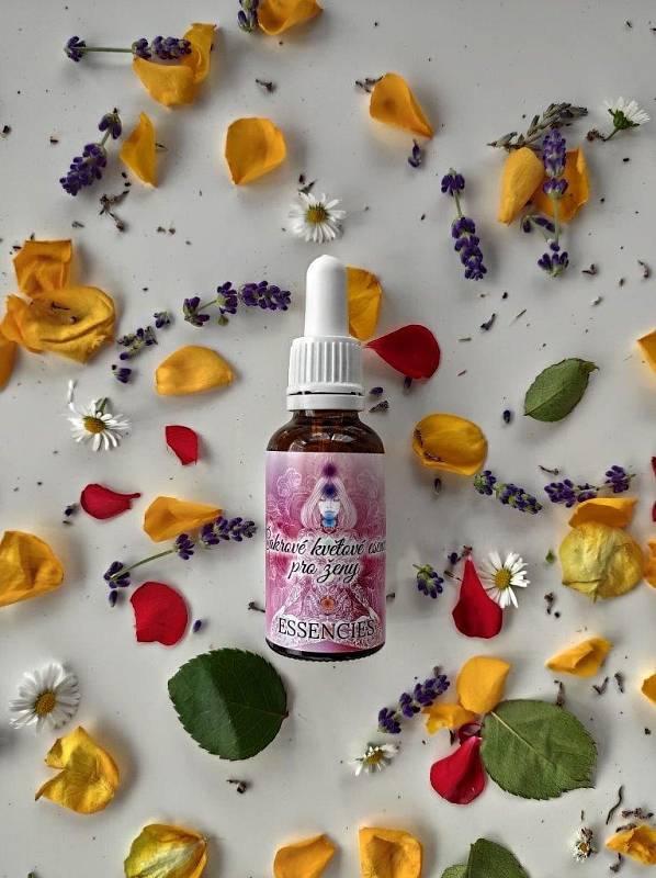 Terapeutka vyrábí vlastní kombinace květových esencí. Pomáhají zpracovat potlačené emoce i uvolňovat traumata