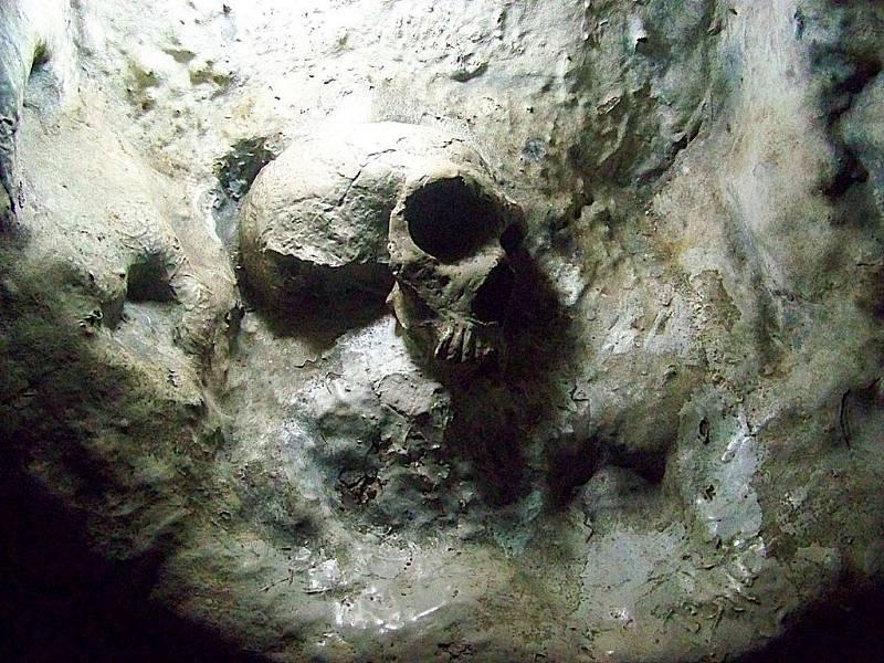 Replika neandrtálské lebky, nalezené v jeskyni Svatého Michaela na Gibraltaru