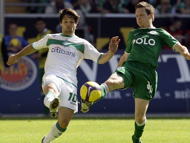 Brazilec Diego (vlevo) ve svém posledním bundesligovém utkání v dresu Brém. O míč bojuje se Saschou Rietherem z Wolfsburgu.