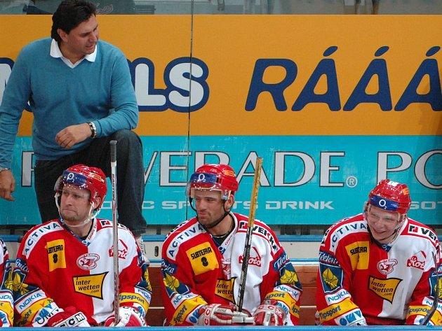 Trenér a hráči Slavie Praha. Na snímku zleva stojí Vladimír Růžička, sedí Jaroslav Bednář, David Hruška, Tomáš Micka.