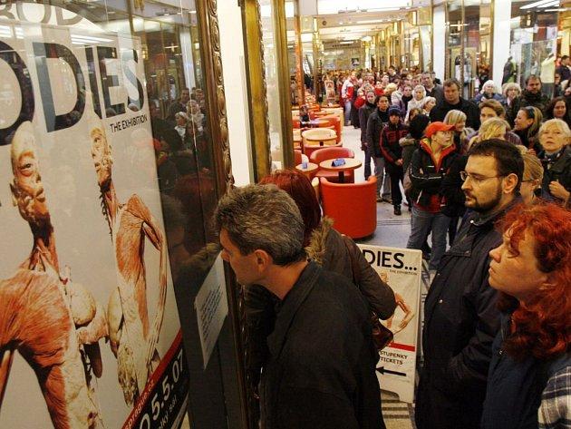 Fronta na vstupenky na výstavu Bodies v pražské Lucerně dne 26. října.