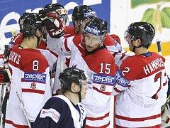 Hokejista Dany Heatley (uprostřed) přepsal rekordní tabulky kanadského národního týmu.