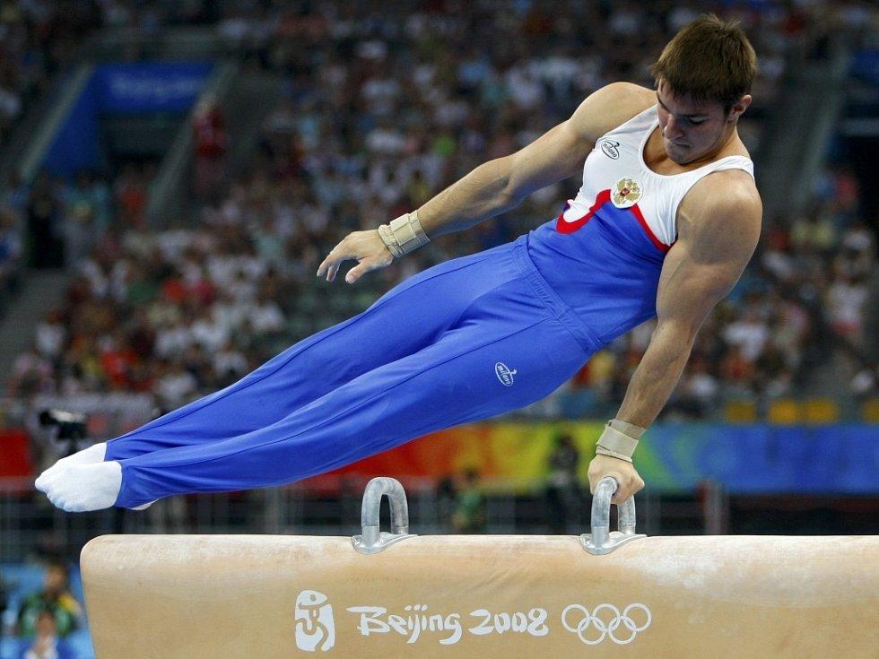 Sergej Chorochordin cvičí ve finále víceboje.