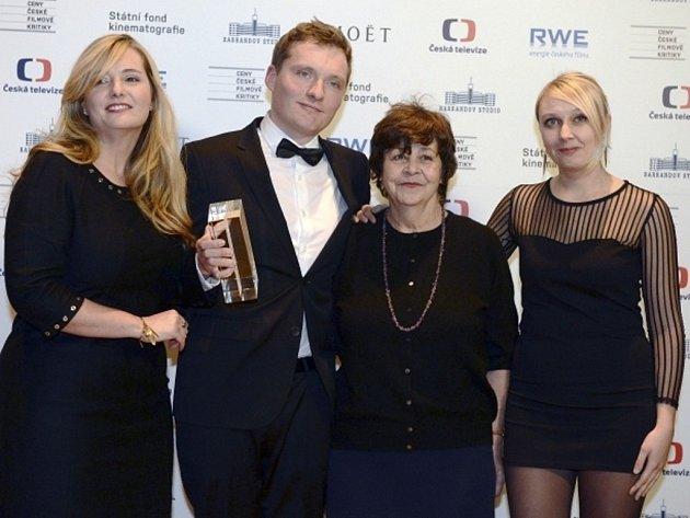 Producenti filmu Hořící keř Tereza Polachová (vlevo), Tomáš Hrubý a Pavla Kubečková (vpravo) a herečka Jaroslava Pokorná (druhá zprava) s cenou za nejlepší film. Jaroslav Pokorná dostala cenu za nejlepší ženský herecký výkon ve vedlejší roli.