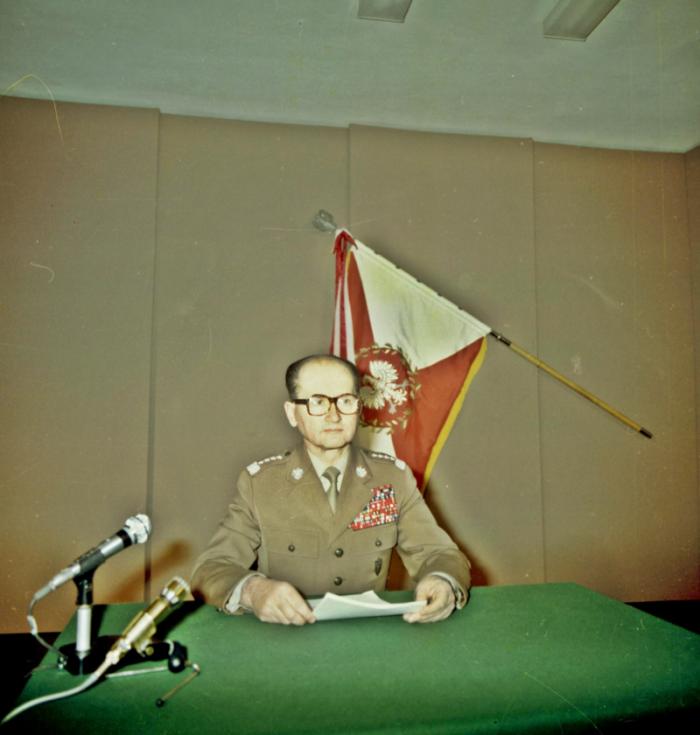 Wojciech Jaruzelski se chystá informovat veřejnost o vyhlášení výjimečného stavu (13. prosince 1981)