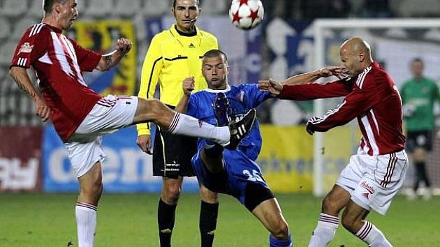 Žižkovský Kalod (vlevo) a Šťastný se snaží obrat o míč ostravského Svěrkoše.