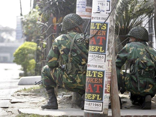 Bangladéšští vojáci zaujali pozice v okolí štábu pohraničních vojsk.