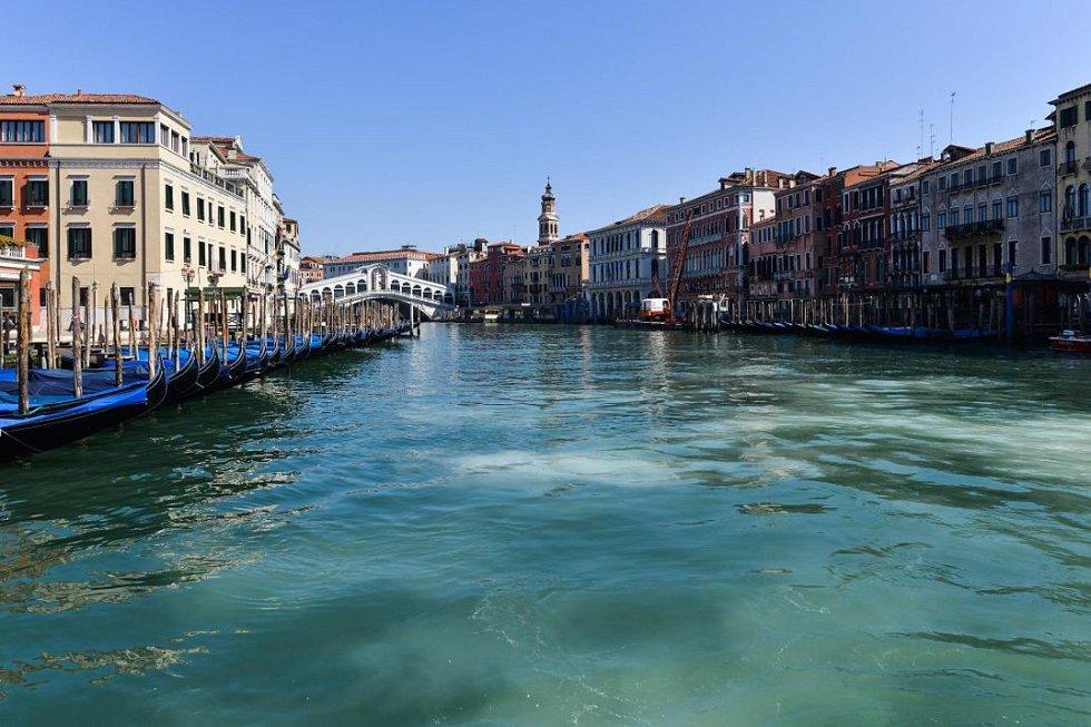 Benátská laguna plná velkých ryb. Vypadá to nadějně, ale pravda to bohužel není