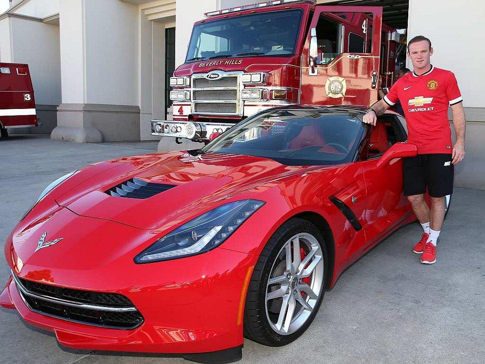 Wayne Rooney pózuje s novou generací Chevroletu Corvette.