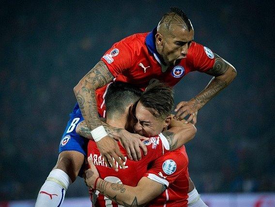 Fotbalisté Chile a jejich radost z vítězné branky v semifinále proti Peru
