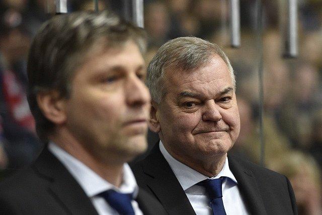 Zleva asistent českého trenéra Josef Jandač a trenér českého týmu Vladimír Vůjtek.