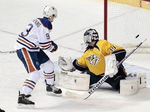 Útočník Edmontonu Ryan Nugent-Hopkins skóruje za záda Marka Mazance.