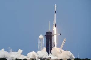 Raketa společnosti SpaceX Falcon 9 startuje z floridského mysu Canaveral. K Mezinárodní vesmírné stanici vynese astronauty NASA Douga Hurleyho and Boba Behnkena v lodi Crew Dragon