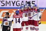 Hráči ČR (zleva) Tomáš Plekanec, Michal Kempný, David Pastrňák, Roman Červenka a Tomáš Kundrátek se radují z prvního gólu.