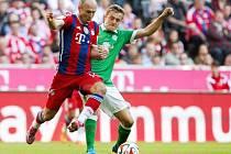 Opora Bayernu Mnichov Arjen Robben (vlevo) a Felix Kross z Brém.