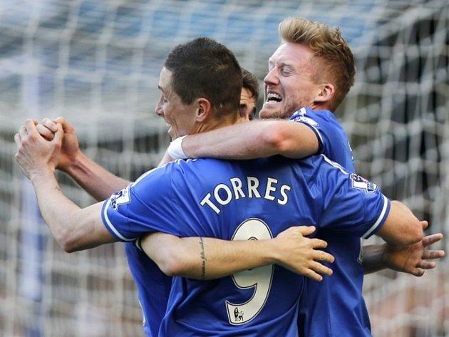 Fotbalisté Chelsea (zleva) Fernando Torres, Oscar a Andre Schurrle se radují z gólu proti Arsenalu.