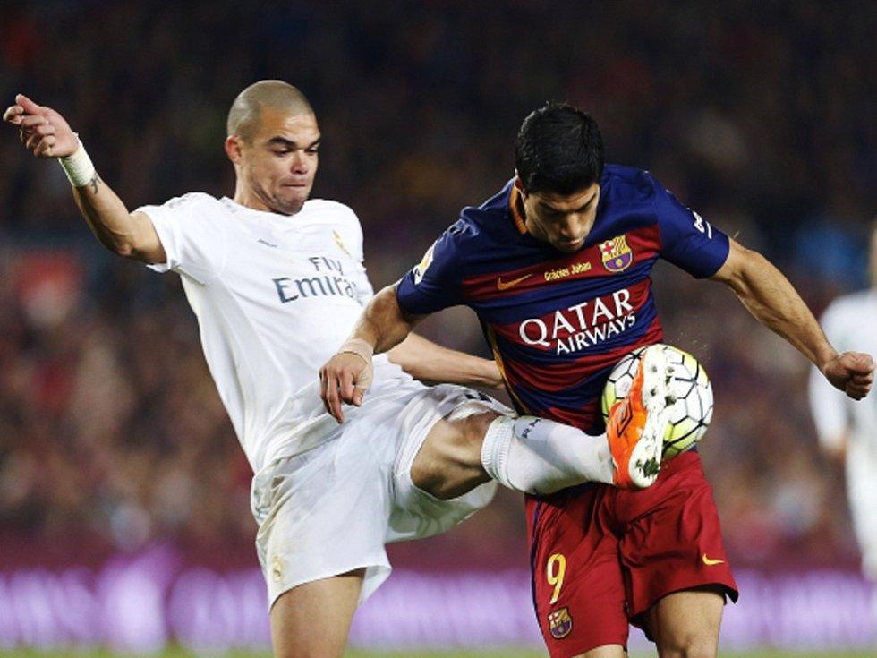 Luis Suárez z Barcelony (vpravo) a Pepe z Realu Madrid.