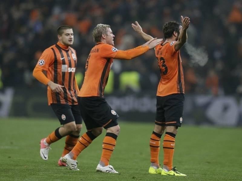 Fotbalisté Šachtaru Doněck Darijo Srna (vpravo) a Tomáš Hübschman (uprostřed) se radují z gólu proti Dortmundu.