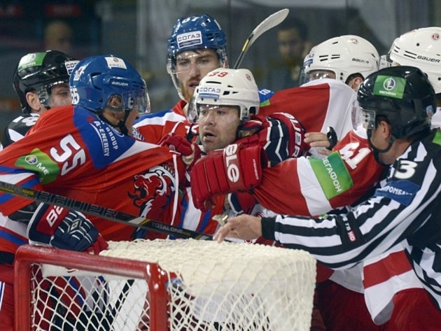 Hokejisté Lva Praha (v červeném) a Viťazu si za brankou vyřizují účty.