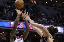 Basketbalista Washingtnu Emeka Okafor (vlevo) se prosazuje proti Chicagu.