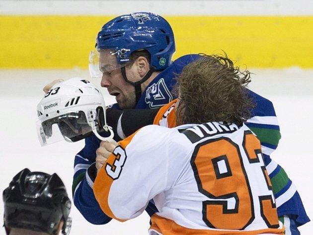 Jakub Voráček (vpravo) a Dan Hamhuis se do sebe pustili v NHL, teď na sebe narazí i na MS.