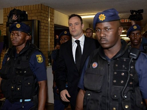 Oskar Pistorius (uprostřed) byl odsouzen na pět let vězení za zabití přítelkyně z nedbalosti.