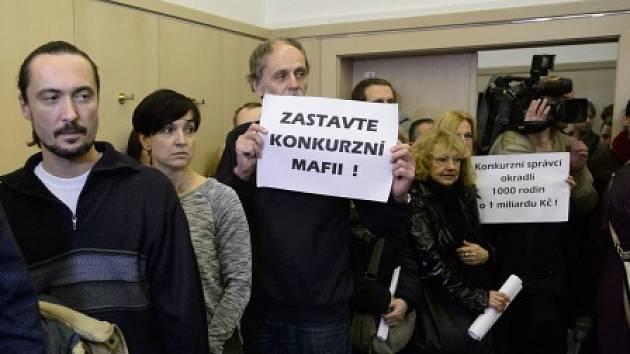 Klienti zkrachovalé firmy H-System spolu s novináři v jednací síni před začátkem projednávání jejich případu.