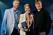 Petr Svoboda (vpravo) svou zlatou medaili z Nagana k prodeji ve prospěch Nadace Jakuba Voráčka, která pomáhá pacientům s roztroušenou sklerózou. Vlevo je Jakub Voráček a uprostřed jeho sestra Petra Klausová, kteří nadaci založili.