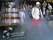 Tomáš Berdych přichází na kurt k zápasu proti Novaku Djokovičovi ve finále Davis Cupu.