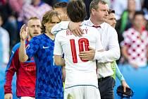 Trenér Vrba děkuje kapitánu Rosickému.