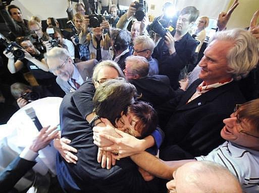 Předseda strany Praví Finové Timo Soini se raduje z volebního úspěchu