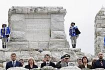 Oslavy 130. výročí narození Milana Rastislava Štefánika vyvrcholily v neděli 25. července 2010 vzpomínkovou slavností u Štefánikovy mohyly na vrchu Bradlo. Zúčastnili se (vpředu zleva) místopředseda parlamentu Robert Fico či premiérka Iveta Radičová.