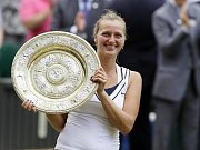 Petra Kvitová s trofejí pro wimbledonskou šampionku.