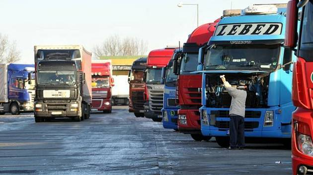 Kamiony na odpočívadle. Ilustrační snímek