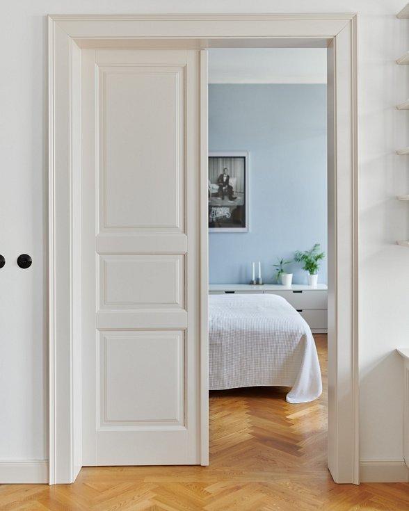 Při renovaci se do měšťanského bytu vrátily tradiční prvky. Dveře jsou sice nové, ale vyrobené na míru v klasickém stylu, který odpovídá stáří domu.