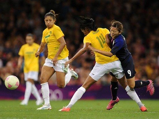 Japonka Nahomi Kawasumi (v tmavém) se snaží ve čtvrtfinále olympijského turnaje prosadit přes Brazilku Brunu.