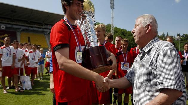Tým SPŠS z Hradce Králové (v červeném) porazil ve finále finále středoškolského fotbalového Poháru Josefa Masopusta SPŠS a SOŠ prof. Švejcara z Plzně.