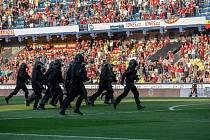 """Policie zasahuje v derby pražských """"S"""" proti fanouškům, kteří vtrhli po zápase na hřiště."""