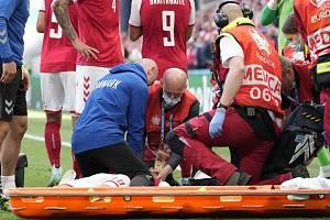 Záchranáři se snaží oživit dánského fotbalistu Christiana Eriksena, kterého postihl kolaps během utkání s Finskem.