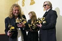 Robert Plant (vlevo), Alison Krauss (uprostřed) a T Bone Burnett (vpravo) na 51. ročníku vyhlášení ocenění Grammy Awards v Los Angeles.