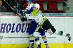 Hokejisté Zlína (v modrém) proti Karlovým Varům.