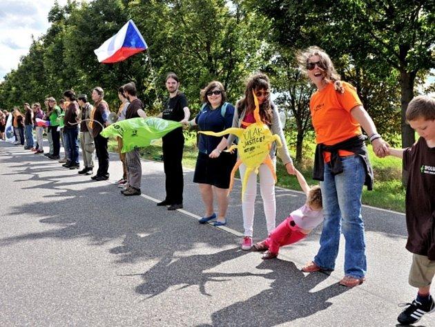 Osm kilometrů dlouhý lidský řetěz dnes vznikl na hranicích Německa a Polska v rámci protestní akce proti rozšiřování uhelných dolů. Sedm a půl tisíce lidí, mezi nimi i 250 Čechů, se zapojilo do kampaně ekologické organizace Greenpeace v Dolní Lužici.